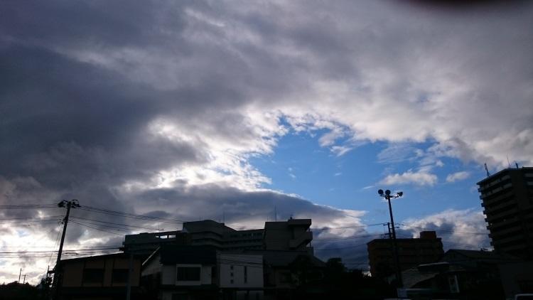 上空の黒い雲