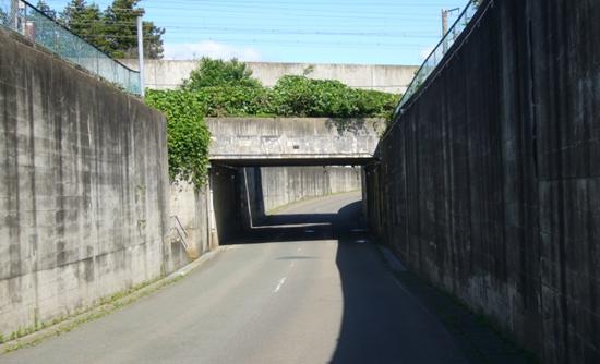 線路をくぐり抜ける道路(アンダーパス)